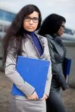 Το κορίτσι με μια γραμματοθήκη πλησίον σε έναν καθρέφτη Στοκ Εικόνες