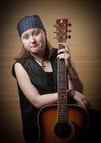 Το κορίτσι με μια κιθάρα Στοκ Φωτογραφία