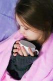 Το κορίτσι με μια κούπα Στοκ Φωτογραφίες