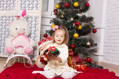το κορίτσι με μια μηχανή και τα δώρα παιχνιδιών στοκ φωτογραφία με δικαίωμα ελεύθερης χρήσης