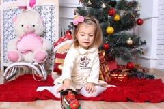 Το κορίτσι με μια μηχανή παιχνιδιών στοκ εικόνα