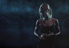 Το κορίτσι με τα γάντια που στηρίζονται μετά από να εκπαιδεύσει Στοκ Φωτογραφίες