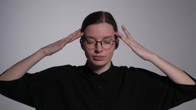 Το κορίτσι με τα γυαλιά σκέφτεται σκληρά απόθεμα βίντεο