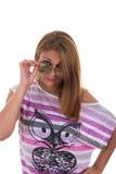 Το κορίτσι με τα γυαλιά αναρωτιέται Στοκ φωτογραφία με δικαίωμα ελεύθερης χρήσης