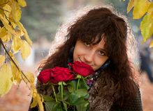 Το κορίτσι με τα κόκκινα τριαντάφυλλα Στοκ Εικόνες