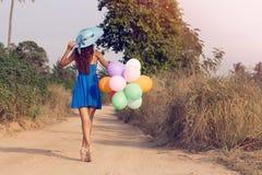 Το κορίτσι με τα μπαλόνια κόκκινος τρύγος ύφους κρίνων απεικόνισης Στοκ Εικόνα