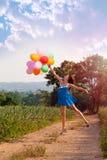 Το κορίτσι με τα μπαλόνια κόκκινος τρύγος ύφους κρίνων απεικόνισης Στοκ Φωτογραφία