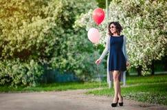 Το κορίτσι με τα μπαλόνια Στοκ εικόνα με δικαίωμα ελεύθερης χρήσης