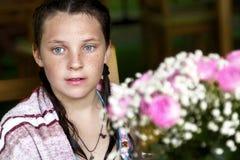 Το κορίτσι με τα μπλε μάτια και τις φακίδες Στοκ Εικόνες