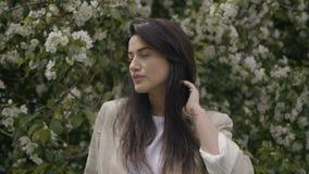 Το κορίτσι με τα όμορφα χείλια κοιτάζει μακριά απόθεμα βίντεο