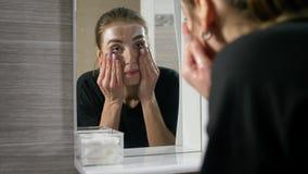 Το κορίτσι με την ακμή στο πρόσωπο είναι ένα λουτρό από τον καθρέφτη φιλμ μικρού μήκους