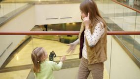 Το κορίτσι με την αδελφή κοιτάζει στη διάβαση από τους περαστικούς φιλμ μικρού μήκους