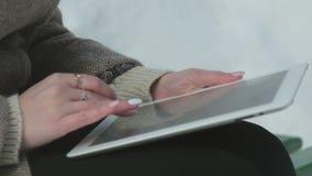 Το κορίτσι με την ταμπλέτα σε έναν πάγκο απόθεμα βίντεο