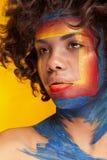 Το κορίτσι με την τετραγωνική ομορφιά αποτελεί στο πρόσωπο Στοκ εικόνα με δικαίωμα ελεύθερης χρήσης