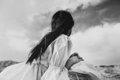 το κορίτσι με την όμορφη τρίχα απολαμβάνει τη φρεσκάδα Στοκ Εικόνα