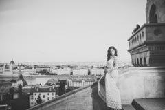 Το κορίτσι με τη γοητεία κοιτάζει Γυναίκα στο άσπρο γαμήλιο φόρεμα στην άποψη πόλεων, μόδα Αισθησιακή γυναίκα με μακρυμάλλη στο μ στοκ φωτογραφία με δικαίωμα ελεύθερης χρήσης