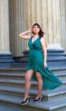 Το κορίτσι με τη θαυμάσια curvy μορφή επιδεικνύει τα πόδια του κάτω από τα μακριά φορέματα 6 βραδιού Στοκ Φωτογραφίες