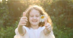 Το κορίτσι με τη μαργαρίτα στην τρίχα της, παρουσίαση φυλλομετρεί επάνω φιλμ μικρού μήκους