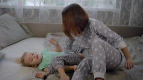 Το κορίτσι με τη μητέρα στο δωμάτιο από το πρωί Τα ξανθομάλλη παιδικά παιχνίδια μαζί με τη γυναίκα Το κορίτσι με το α φιλμ μικρού μήκους