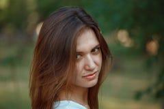 Το κορίτσι με τη σκοτεινή τρίχα και τα μεγάλα χείλια στοκ εικόνα με δικαίωμα ελεύθερης χρήσης