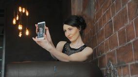 Το κορίτσι με τη σύνθεση κάνει selfie απόθεμα βίντεο