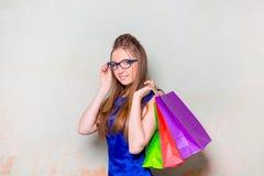 Το κορίτσι με τις αγορές Στοκ Φωτογραφίες