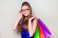 Το κορίτσι με τις αγορές Στοκ Φωτογραφία