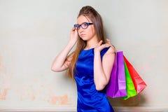 Το κορίτσι με τις αγορές Στοκ Εικόνες