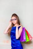 Το κορίτσι με τις αγορές Στοκ εικόνα με δικαίωμα ελεύθερης χρήσης
