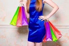 Το κορίτσι με τις αγορές Στοκ εικόνες με δικαίωμα ελεύθερης χρήσης