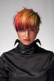Το κορίτσι με τον επαγγελματικό και μοντέρνο χρωματισμό τρίχας και δημιουργικός αποτελεί στοκ φωτογραφία