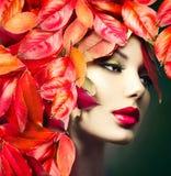 Το κορίτσι με το ζωηρόχρωμο φθινόπωρο φεύγει hairstyle Στοκ φωτογραφία με δικαίωμα ελεύθερης χρήσης