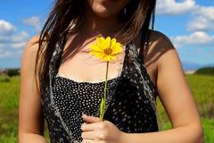 Το κορίτσι με το κίτρινο λουλούδι Στοκ εικόνες με δικαίωμα ελεύθερης χρήσης