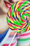 Το κορίτσι με ένα Lollipop Στοκ Εικόνες