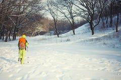 Το κορίτσι με το σακίδιο πλάτης Στοκ φωτογραφία με δικαίωμα ελεύθερης χρήσης