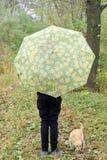 Το κορίτσι με το σκυλί και Teddy αντέχουν στο δάσος Στοκ εικόνα με δικαίωμα ελεύθερης χρήσης