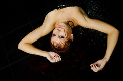 Το κορίτσι με το υγρό κόκκινο τρίχωμα Στοκ φωτογραφίες με δικαίωμα ελεύθερης χρήσης
