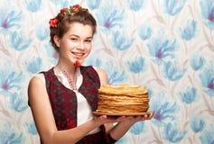 Το κορίτσι με crepes Στοκ Εικόνα