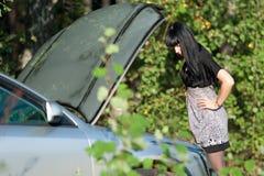 το κορίτσι μηχανών αυτοκι Στοκ Φωτογραφίες