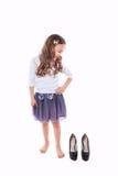 Το κορίτσι μικρών παιδιών θέλει τα μεγάλα παπούτσια Στοκ φωτογραφία με δικαίωμα ελεύθερης χρήσης