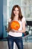 το κορίτσι μπόουλινγκ σφαιρών δίνει τις νεολαίες Στοκ Εικόνες