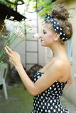 Το κορίτσι μυρίζει τα τριαντάφυλλα Στοκ φωτογραφία με δικαίωμα ελεύθερης χρήσης