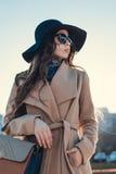 Το κορίτσι μόδας μένει Στοκ φωτογραφία με δικαίωμα ελεύθερης χρήσης