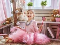 Το κορίτσι ντύνει επάνω στο σπίτι Στοκ εικόνες με δικαίωμα ελεύθερης χρήσης