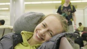 Το κορίτσι ξυπνά στον αερολιμένα στη Σάρτζα απόθεμα βίντεο