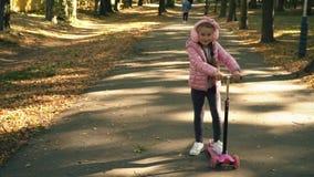 Το κορίτσι οδηγά ένα μηχανικό δίκυκλο απόθεμα βίντεο