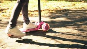 Το κορίτσι οδηγά ένα μηχανικό δίκυκλο φιλμ μικρού μήκους