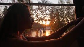Το κορίτσι οδηγά ένα τραμ στο ηλιοβασίλεμα φιλμ μικρού μήκους