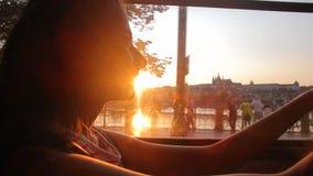 Το κορίτσι οδηγά ένα τραμ το υπόβαθρο του Κάστρου της Πράγας φιλμ μικρού μήκους
