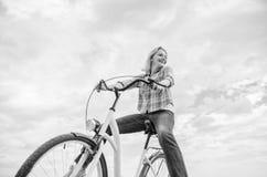 Το κορίτσι οδηγά το υπόβαθρο ουρανού ποδηλάτων Οι περισσότεροι που ικανοποιούν τη μορφή μόνης μεταφοράς Ξένοιαστος και ικανοποιημ στοκ φωτογραφίες με δικαίωμα ελεύθερης χρήσης